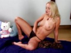 Blondinen Fotze masturbiert mit Dildos